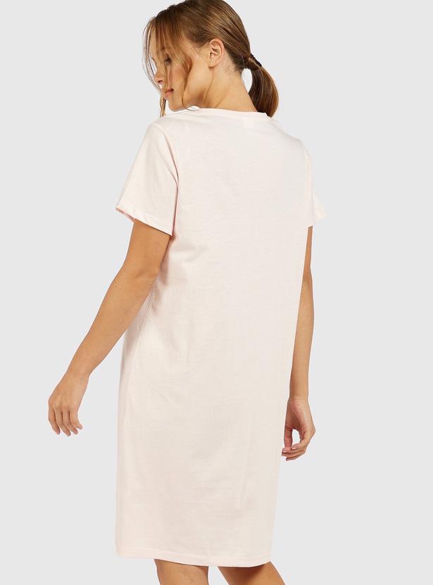 قميص نوم بياقة مستديرة وتصميم ميني ماوس مع أكمام قصيرة