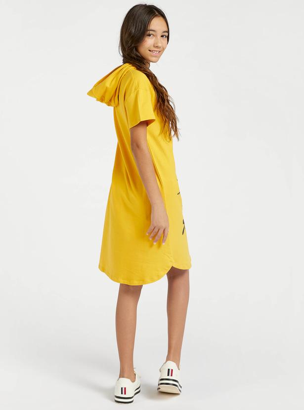 فستان بقبّعة وأكمام قصيرة وطبعات لوني تيونز