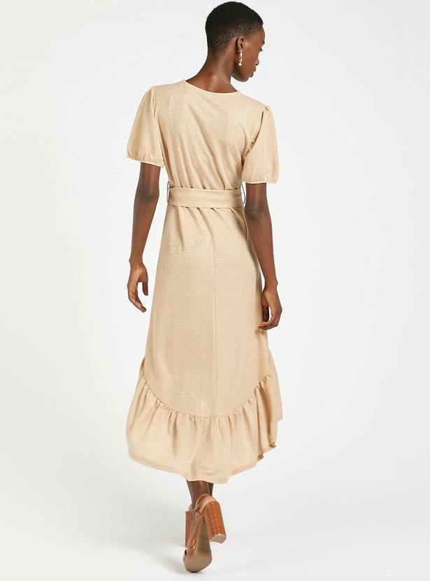 فستان غير متماثل بارز الملمس بياقة مستديرة وأكمام قصيرة وحافة مكشكشة