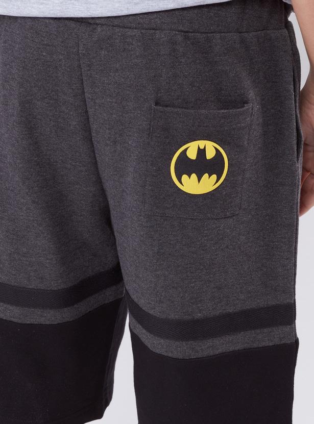 شورت بخصر مطّاطي وجيوب وطبعات باتمان